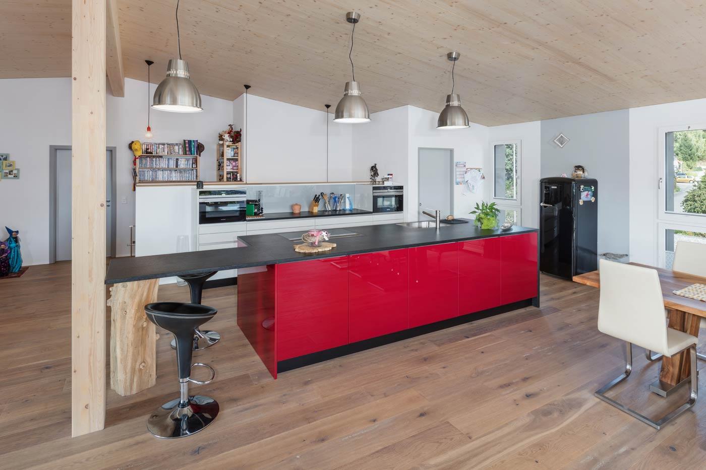 rote Küche, die Akzente setzt
