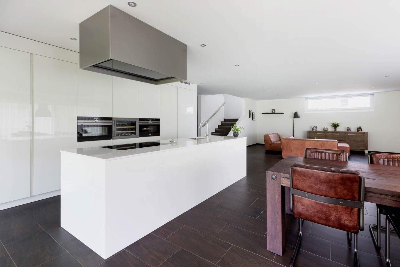 Küche mit kraft-vollem Dampfabzug