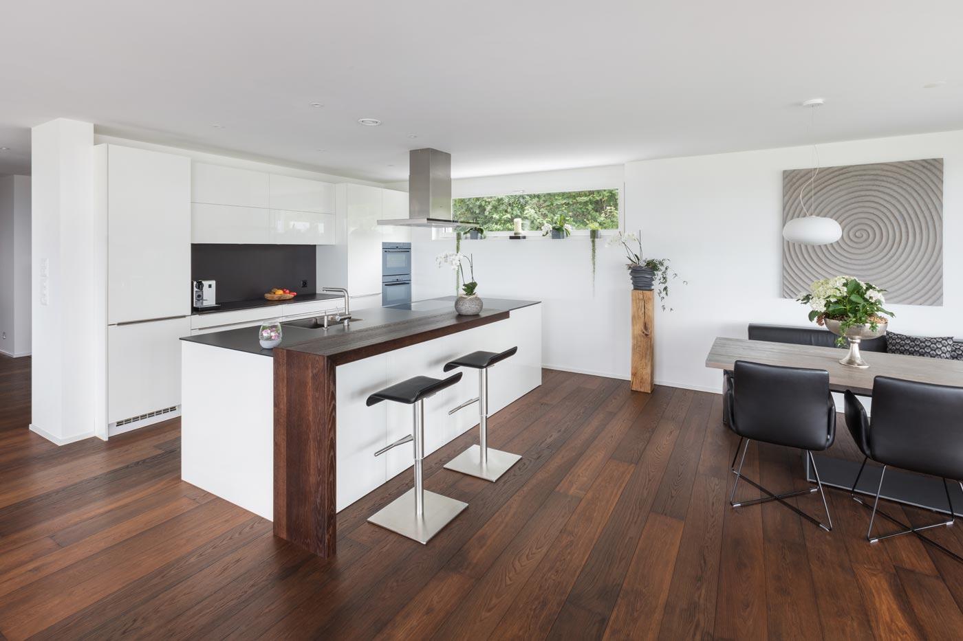 stilvolle Wohnküche mit Bar