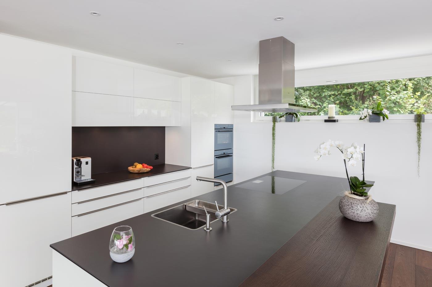 Küche mit grosser Arbeitsfläche