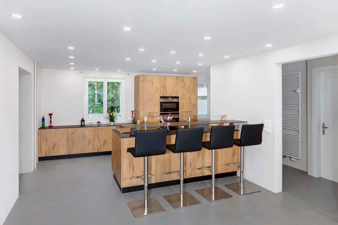 Holzküche mit viel Stauraum